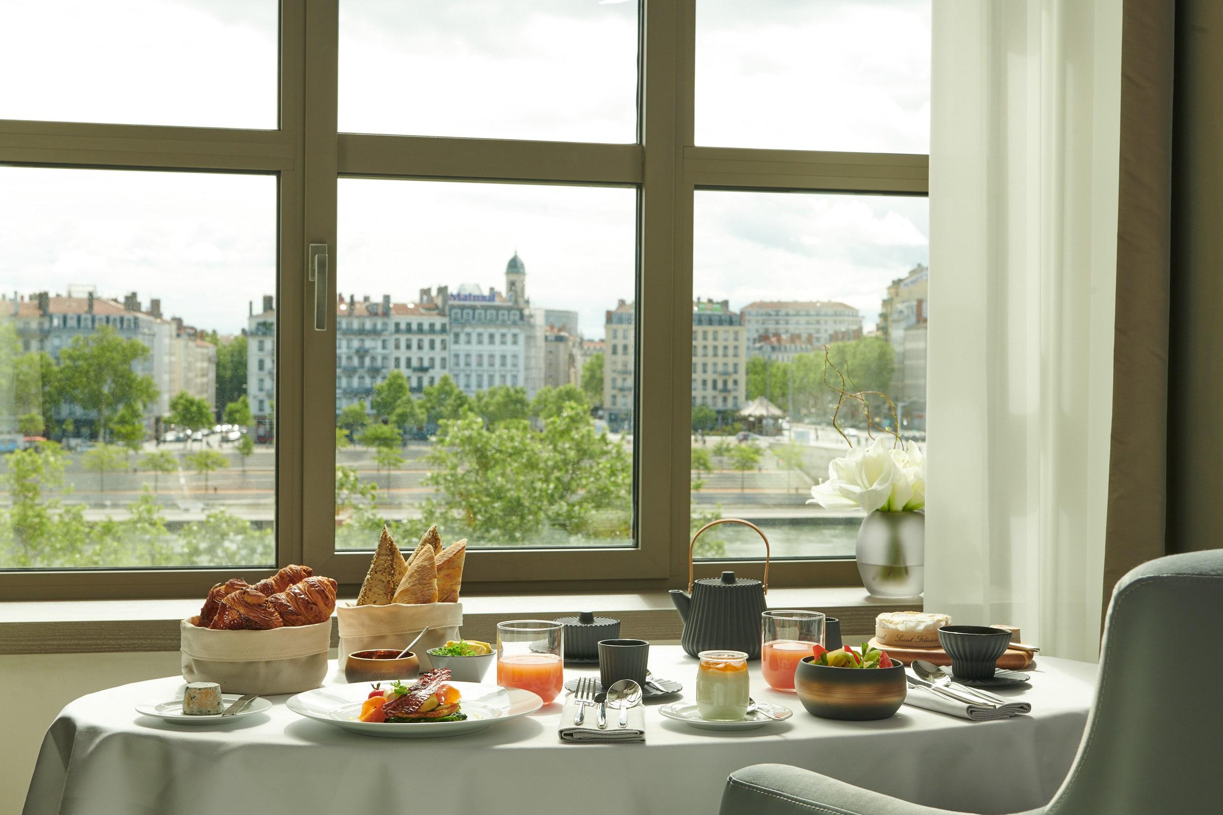 InterContinental Lyon - Hotel Dieu - room service - petit-dejeuner - vue Rhone